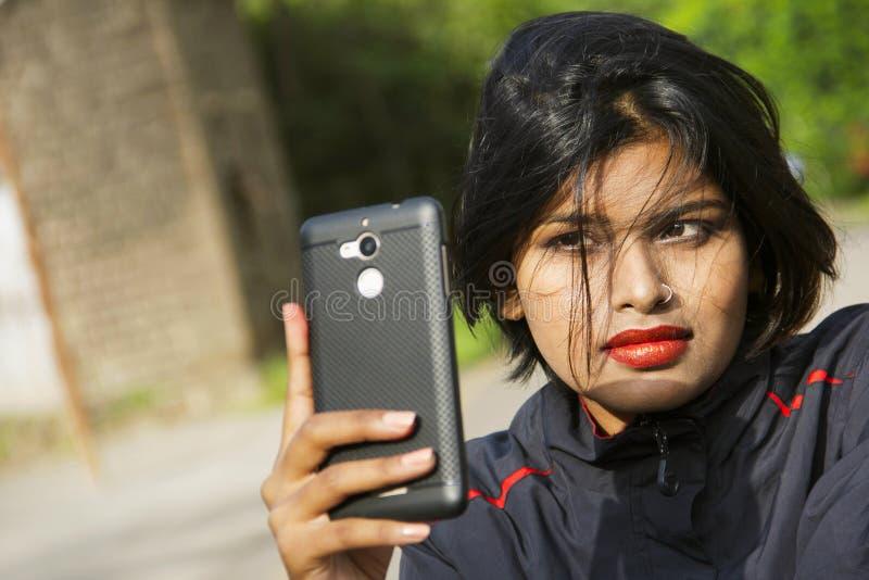 Nahaufnahme des jungen indischen Mädchens mit dem tragenden Nasenring des kurzen Haares, der selfie, Pune nimmt stockbild