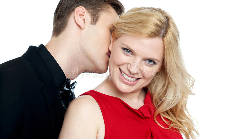 Nahaufnahme des jungen Mannes seinen Geliebtstutzen küssend lizenzfreie stockfotos