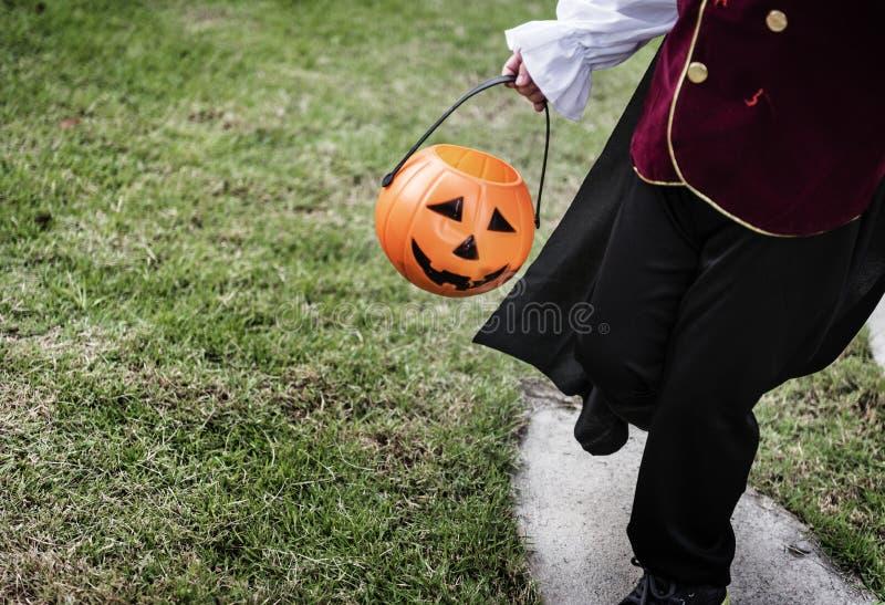 Nahaufnahme des jungen Piraten Halloween-Eimer halten stockbild