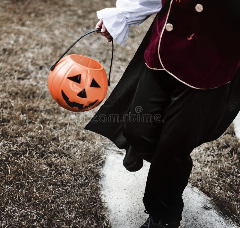 Nahaufnahme des jungen Piraten Halloween-Eimer halten lizenzfreies stockfoto