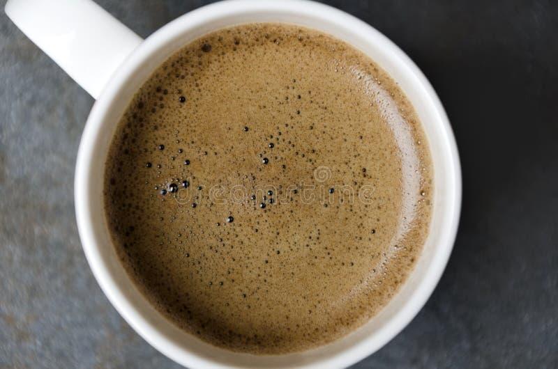 Nahaufnahme des Kaffeeschaums Kaffee in der weißen Schale, Draufsicht lizenzfreie stockbilder