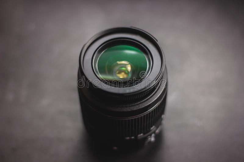 Nahaufnahme des Kameraobjektivs über schwarzem Hintergrund stockfotografie