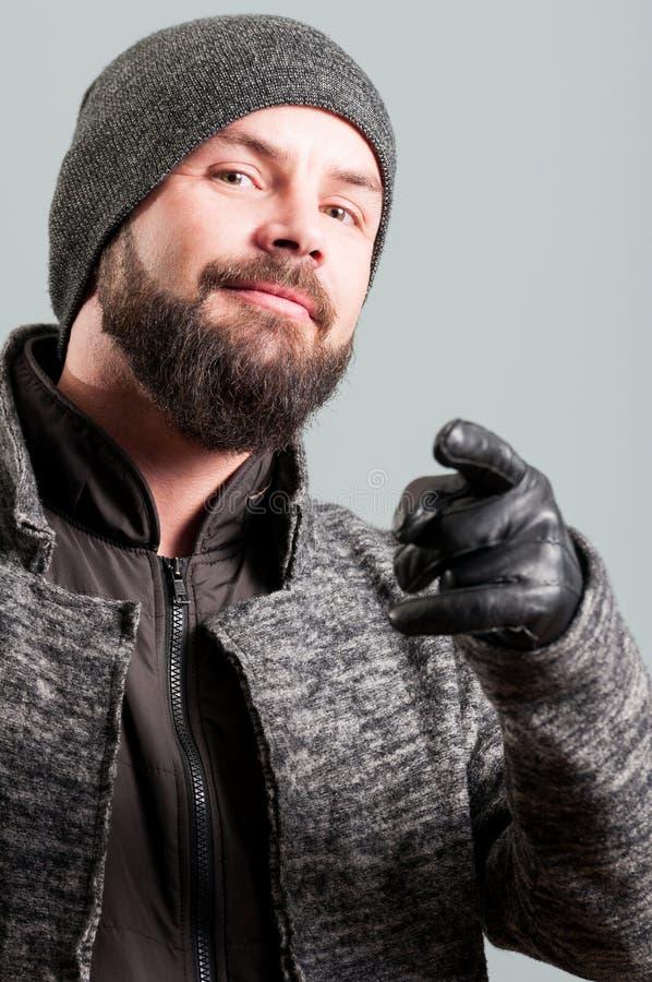 Nahaufnahme des Kerls mit einem Schnurrbart und einem Bart Finger zeigend stockfotos
