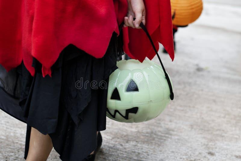 Nahaufnahme des Kindes einen Halloween-Eimer halten lizenzfreies stockbild