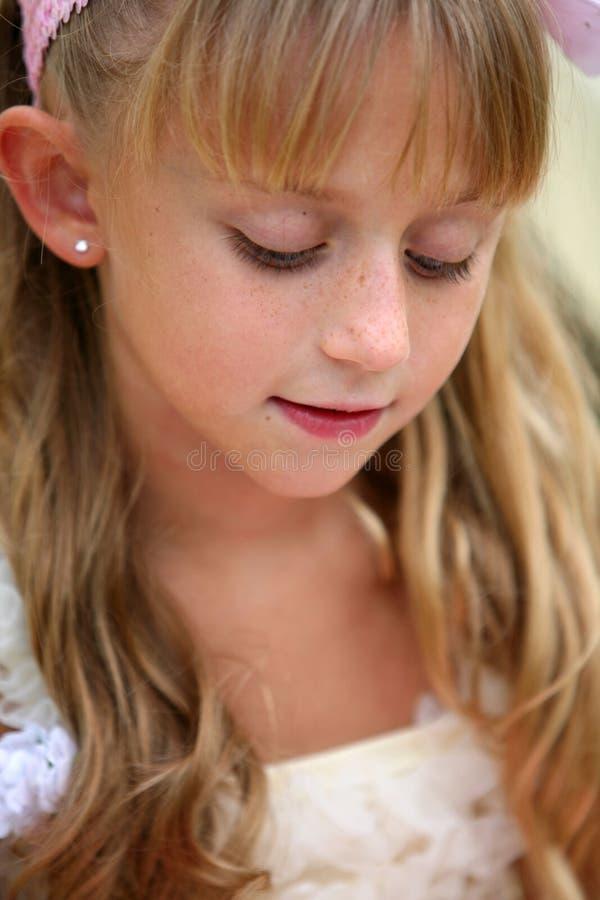 Nahaufnahme des kleinen blonden Mädchens stockbild