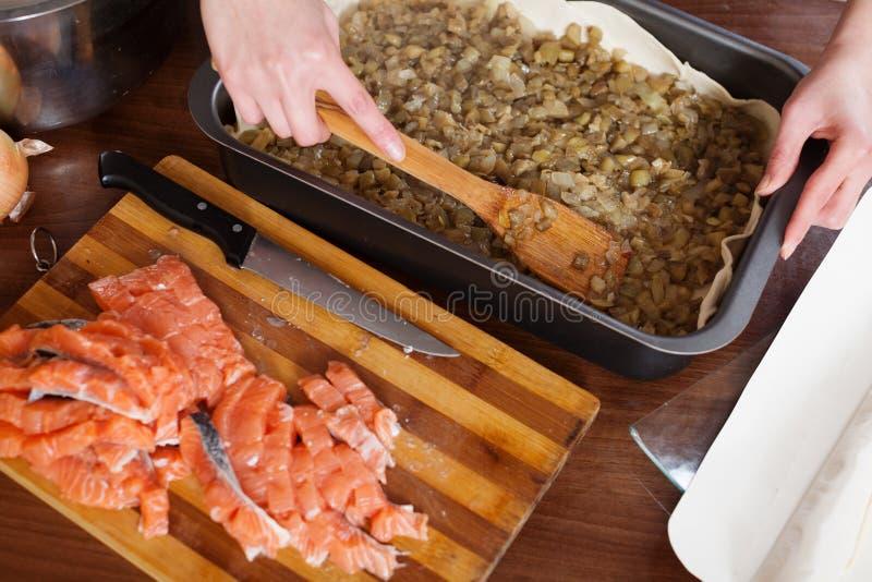 Nahaufnahme des Kochens der Fischtorte stockbild