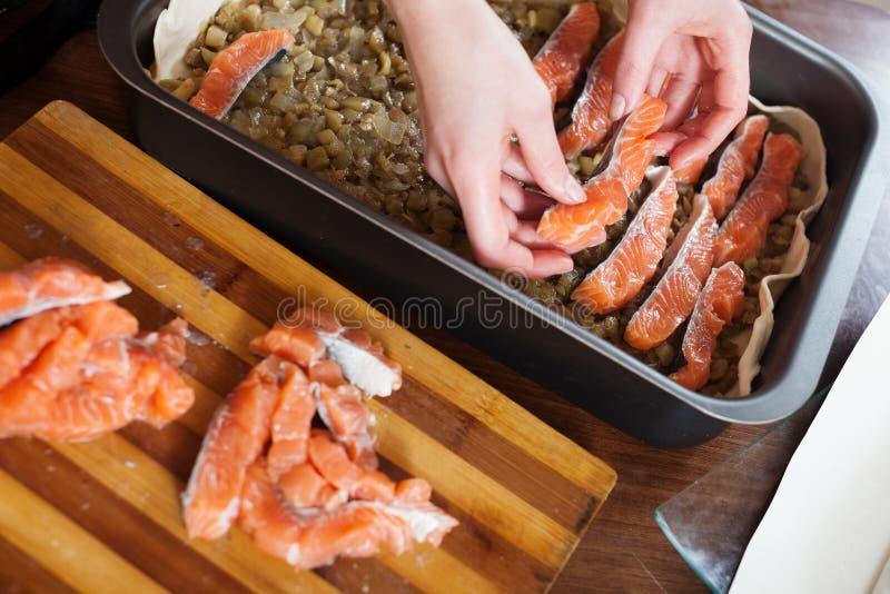 Nahaufnahme des Kochens der Fischtorte mit Lachsen lizenzfreies stockfoto