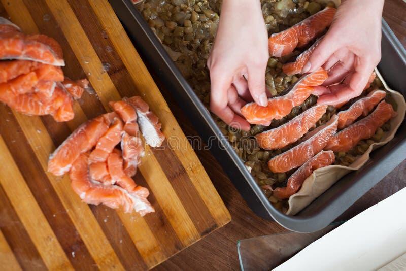 Nahaufnahme des Kochens der Fischtorte mit Lachsen lizenzfreie stockfotos