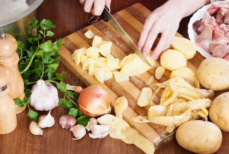 Nahaufnahme des Kochens von Kartoffeln mit Fleisch lizenzfreie stockfotos