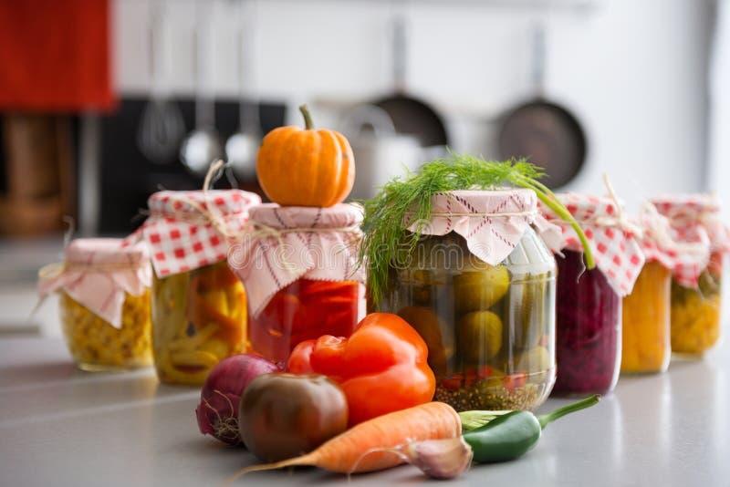 Nahaufnahme des konservierten Gemüses in den Glasgefäßen stockfotos
