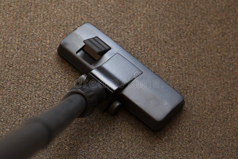 Nahaufnahme des Kopfes eines modernen Staubsaugers Grauer Teppich des Staubsaugers stockbild