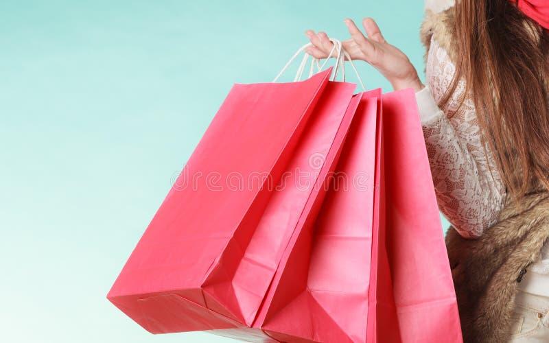 Nahaufnahme des Kunden sackt das Einkaufen ein Schönes Mädchen lokalisiert auf weißem Hintergrund stockfotografie