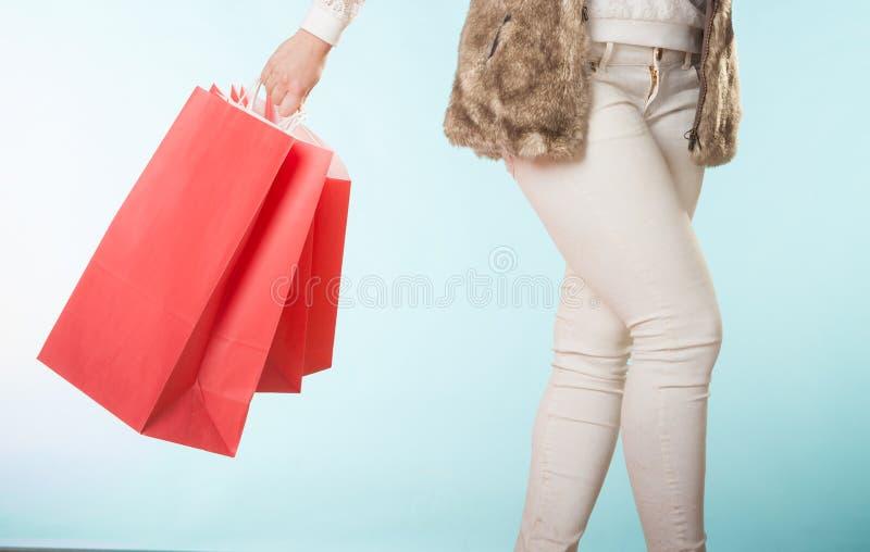 Nahaufnahme des Kunden sackt das Einkaufen ein Schönes Mädchen lokalisiert auf weißem Hintergrund lizenzfreie stockbilder
