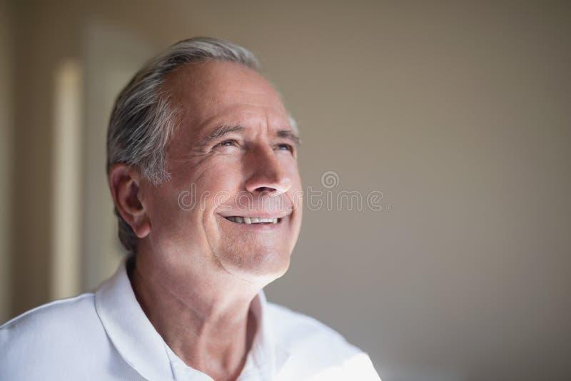 Nahaufnahme des lächelnden älteren männlichen Patienten, der weg schaut stockbilder