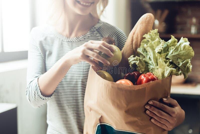 Nahaufnahme des lächelnden Mädchens hält Tasche des gesunden Lebensmittels lizenzfreies stockfoto