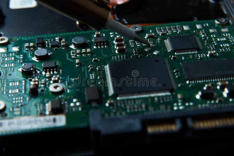Nahaufnahme des Lötens des Brettes der elektronischen Schaltung lizenzfreies stockfoto