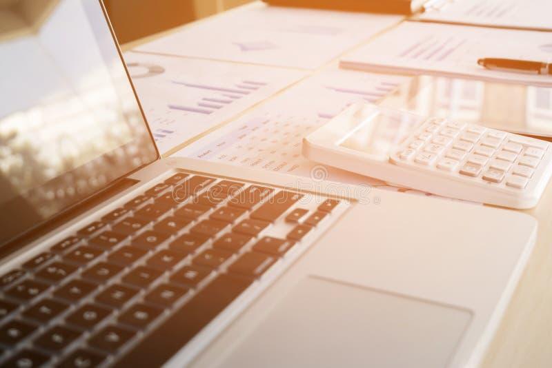 Nahaufnahme des Laptops, der Finanzdokumente und des Taschenrechners auf dem Bürodesktop lizenzfreies stockbild