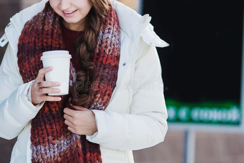 Nahaufnahme des Mädchens eine Schale heißen Kaffee halten lizenzfreie stockfotos