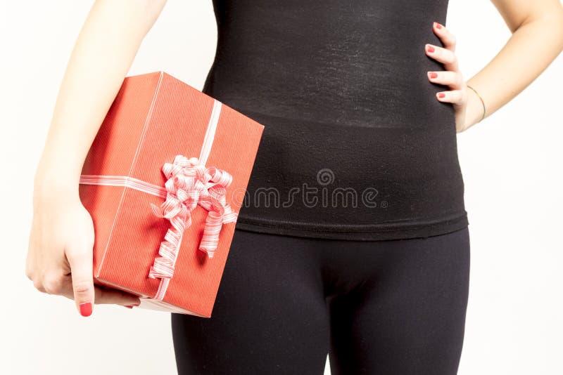 Nahaufnahme des Mädchens großes giftbox halten stockbilder