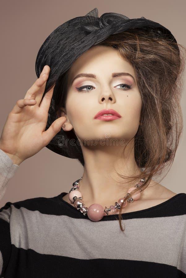 Nahaufnahme des Mädchens mit modischem Hut lizenzfreie stockbilder