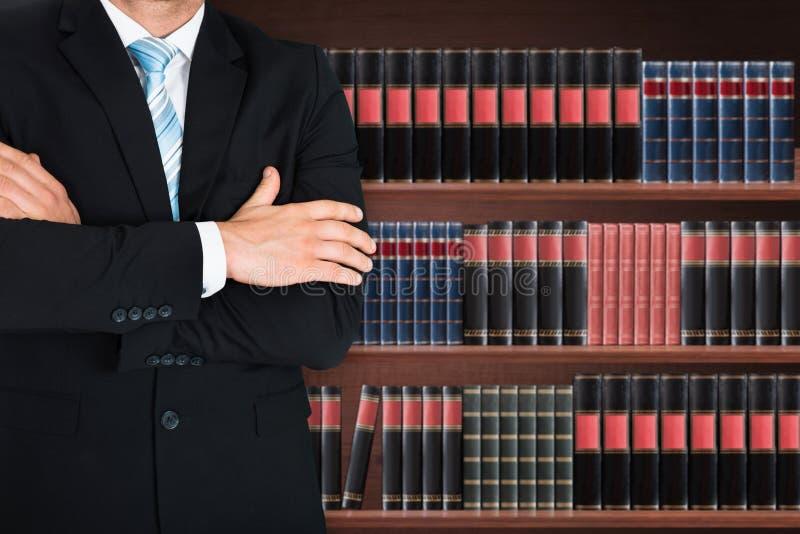 Nahaufnahme des männlichen Rechtsanwalts mit dem Arm gekreuzt lizenzfreies stockfoto