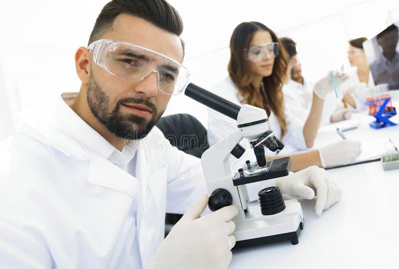 Nahaufnahme des männlichen Technikers sitzend an seinem Arbeiten im Labor lizenzfreie stockfotografie