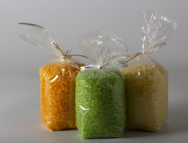Nahaufnahme des mehrfarbigen Seesalzes in den Plastiktaschen auf dem Markt lizenzfreie stockfotos