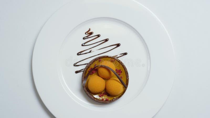 Nahaufnahme des molekularen Nachtischs gemacht von der weißen Creme- und Schokoladensoße ablage Lebensmittelfeinschmecker Molekul stockbild