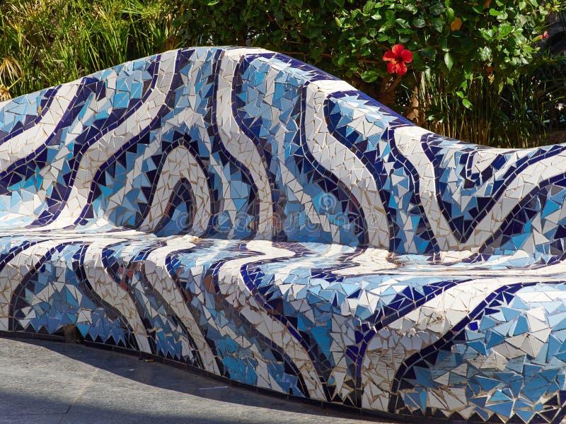 Nahaufnahme des Mosaiks des farbigen Keramikziegels durch Antoni Gaudi Spain lizenzfreie stockfotografie