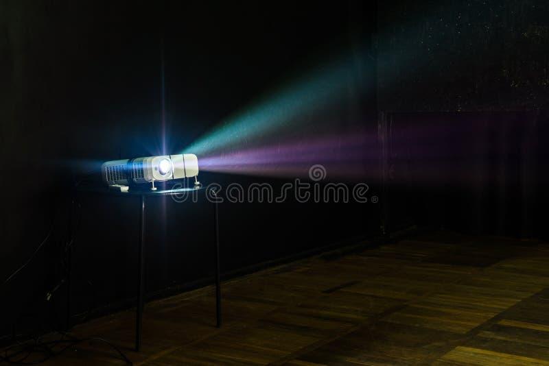Nahaufnahme des Multimediaprojektors mit bunten Strahlen von Licht-PR stockbild
