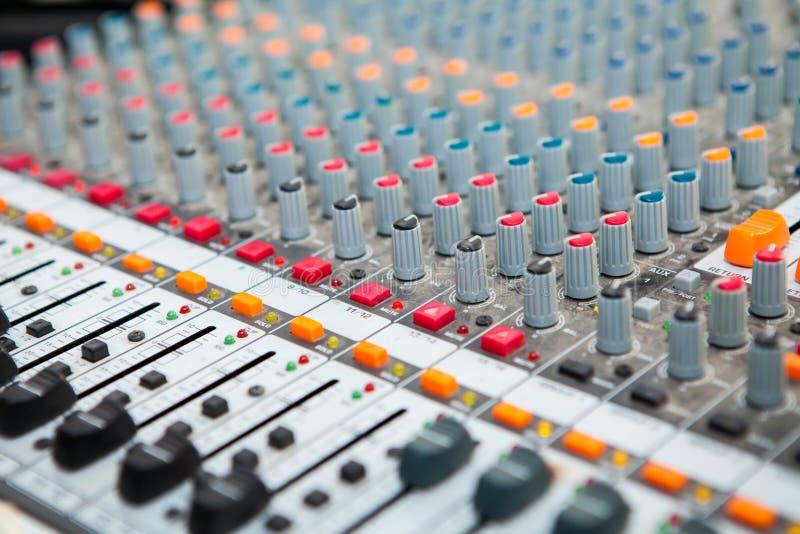 Nahaufnahme des Musikmischerknopfes, Lautstärkeregelungswerkzeuge einstellend stockfotografie