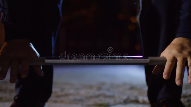 Nahaufnahme des muskulösen Mannes deadlift Übung am Sportplatz tuend - Eignung, gesundes Lebensstilkonzept Crossfit Hände von lizenzfreie stockbilder