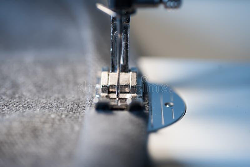 Nahaufnahme des Nähmaschinefußes und -nadel lizenzfreies stockbild