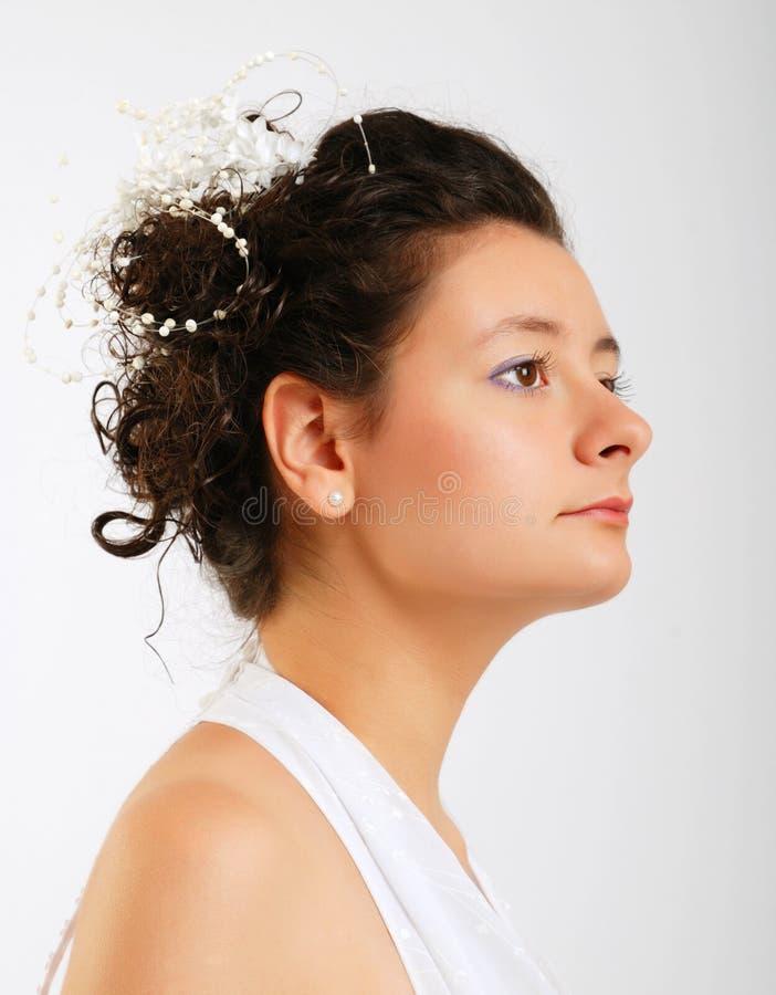Nahaufnahme des netten Brunette im Weiß stockfotos
