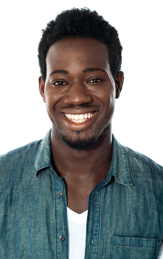 Nahaufnahme des netten jungen afrikanischen Kerls stockfoto