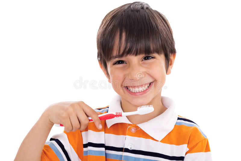 Nahaufnahme des netten Kindes seine Zähne putzend stockfoto
