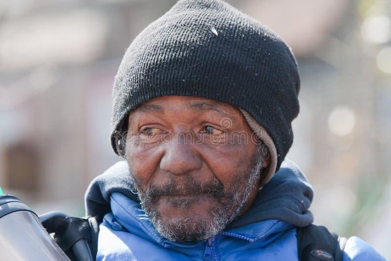 Nahaufnahme des obdachlosen Afroamerikanermannes stockfoto