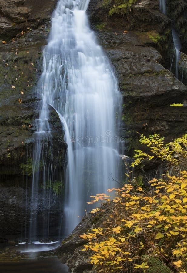 Nahaufnahme des oberen Wasserfalls und des Herbstlaubs bei Kent Falls lizenzfreies stockbild