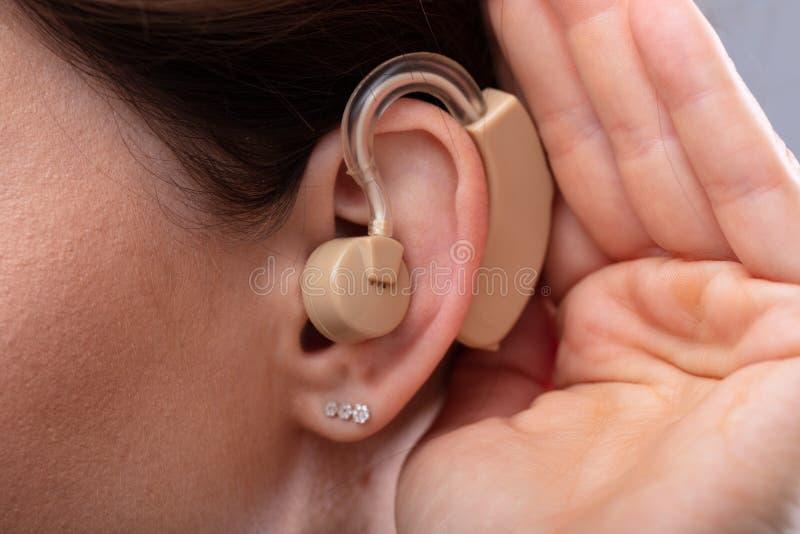 Nahaufnahme des Ohrs einer Frau mit H?rger?t lizenzfreies stockfoto