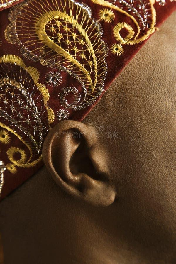 Nahaufnahme des Ohrs und des afrikanischen Hutes des Mannes. stockfoto