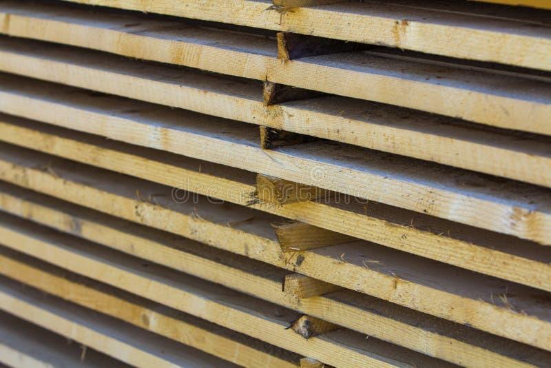 Nahaufnahme des ordentlich angehäuften Stapels der natürlichen braunen rauen hölzernen Boa lizenzfreie stockfotografie