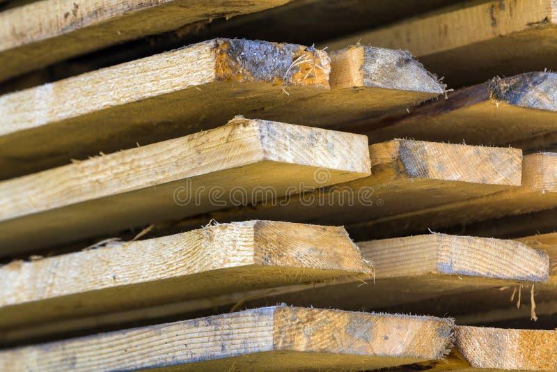 Nahaufnahme des ordentlich angehäuften Stapels der natürlichen braunen rauen hölzernen Boa lizenzfreie stockbilder