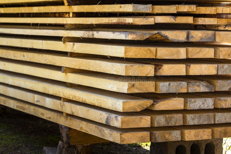 Nahaufnahme des ordentlich angehäuften Stapels natürlicher brauner rauer hölzerner Bretter Industrielles Bauholz für Zimmerei, Ge lizenzfreie stockfotografie