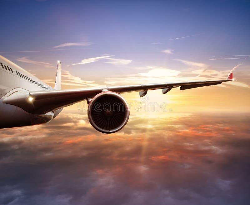 Nahaufnahme des Passagierflugzeugfliegens über Wolken stockfotos