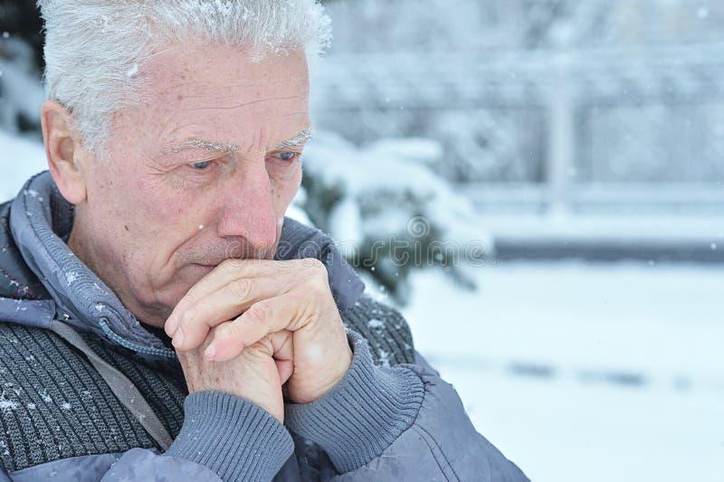 Nahaufnahme des Porträts eines traurigen Senioren stockbild