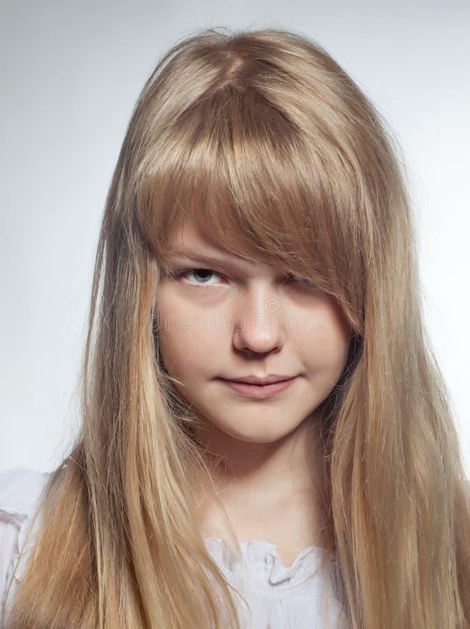 Nahaufnahme des recht jungen blonden Mädchens stockfotografie