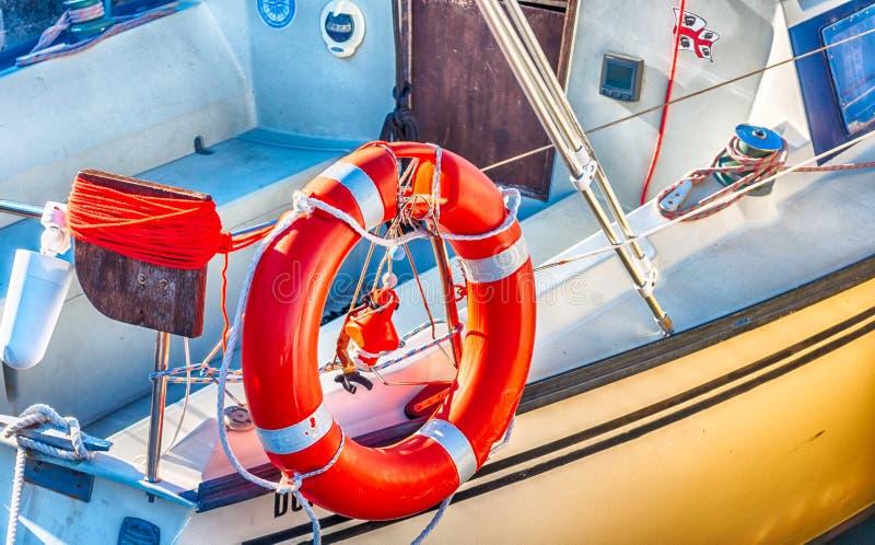 Nahaufnahme des Rettungsgürtels auf einem Boot lizenzfreie stockfotos