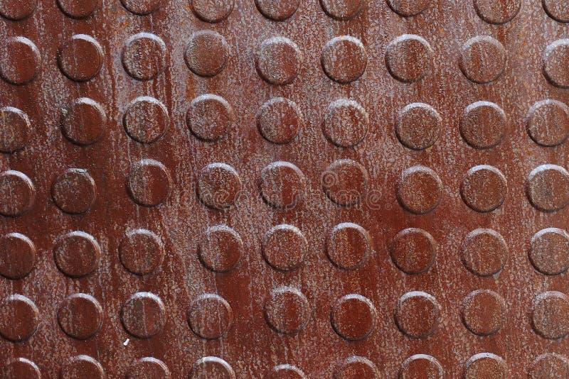 Nahaufnahme des rostigen Metalls mit Knöpfen stockfotos