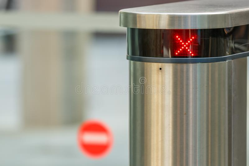 Nahaufnahme des roten Lichtkreuzes des NO-eintritts stockbild
