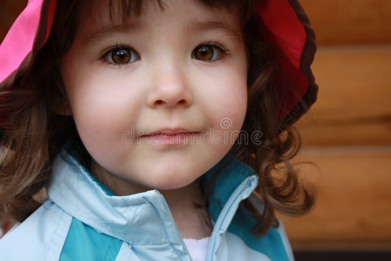Nahaufnahme des süßen jungen Mädchens mit erstaunlichen braunen Augen lizenzfreies stockbild